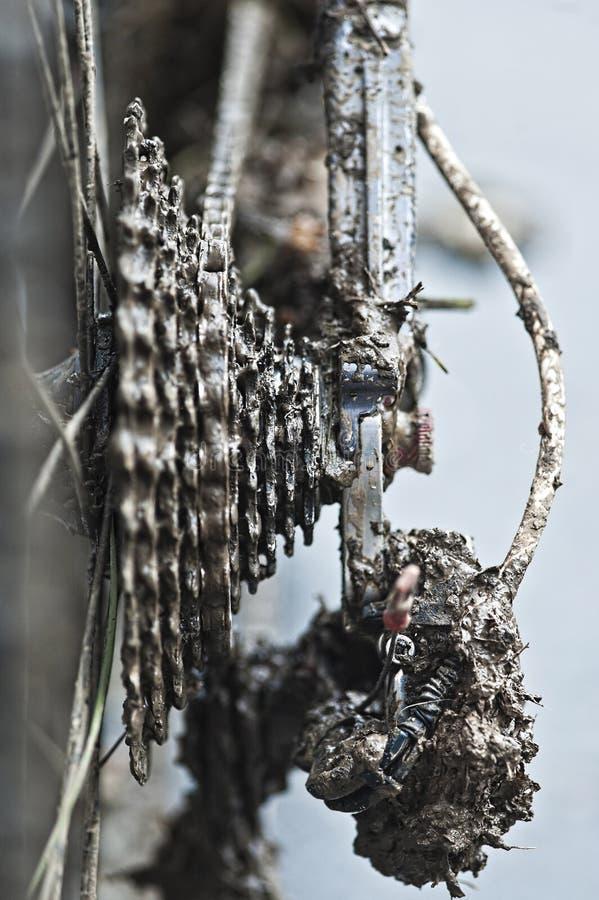 Łańcuch i przekładnie folujący z błotem fotografia stock