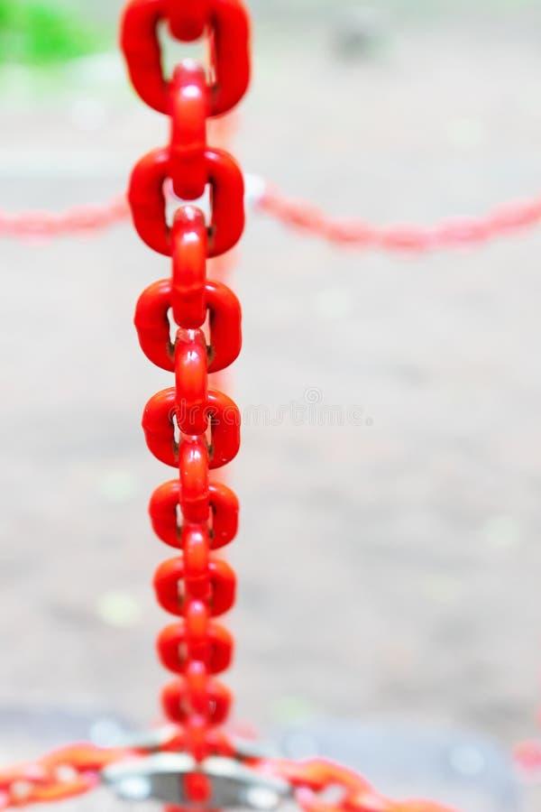 Łańcuch jest kruszcowym, malującym czerwienią, fotografia stock