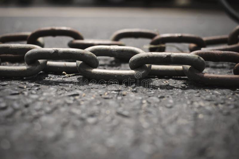Łańcuch na drodze obrazy stock