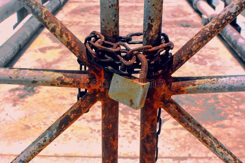 Łańcuchy szorstkie mają zamki, stare żelazne drzwi mają rdzę i łańcuch jest zamknięty kłódką fotografia royalty free