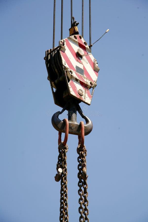 Łańcuchy z dźwigowym haczykiem jako przemysłowy tło fotografia royalty free