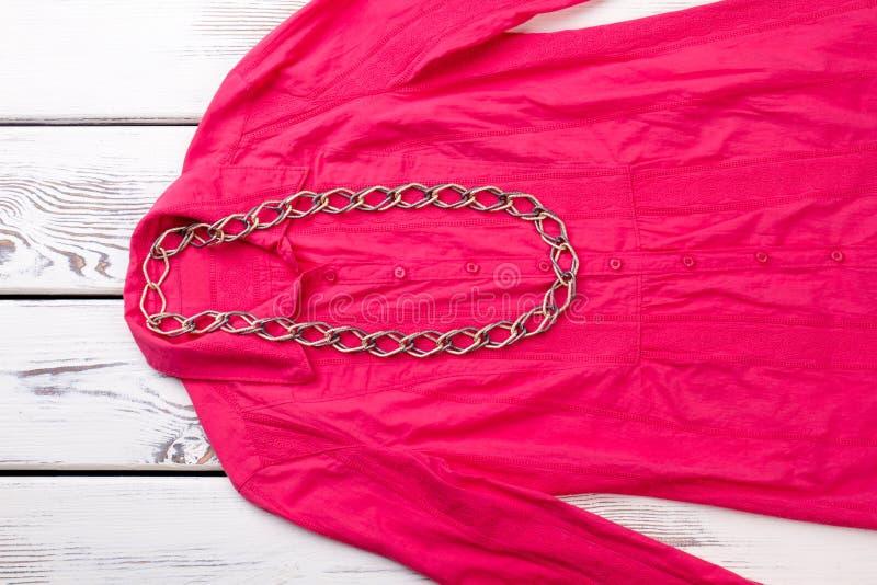 Łańcuszkowa kolia na różowej kobiety ` s bluzce obrazy royalty free