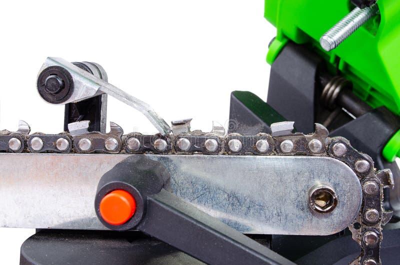 Łańcuszkowy ostrzenie dla piły łańcuchowej na maszynie obrazy stock