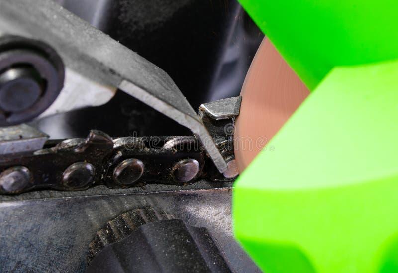 Łańcuszkowy ostrzenie dla piły łańcuchowej na maszynie zdjęcia stock