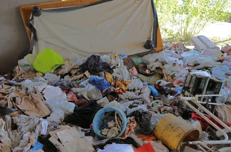 łachmany i materiał używać bezdomny w ich chwilowym shelte zdjęcia royalty free