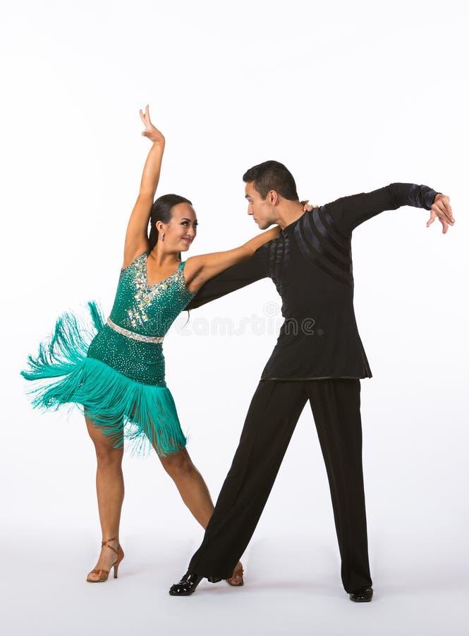 Łacińscy sala balowa tancerze z zieleni suknią - ręki Up fotografia stock