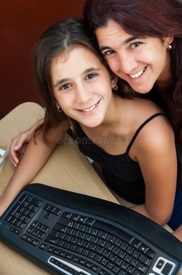 Łacińska dziewczyna i jej macierzysty działanie na komputerze zdjęcie royalty free