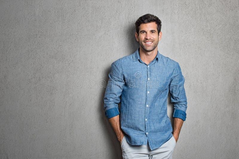 Łacińska mężczyzna pozycja zdjęcia stock