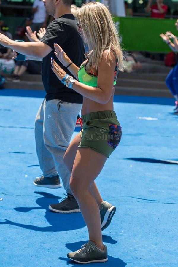 Łacińska taniec sprawności fizycznej treningu klasa: Kobiety Ma zabawę z muzyką fotografia stock