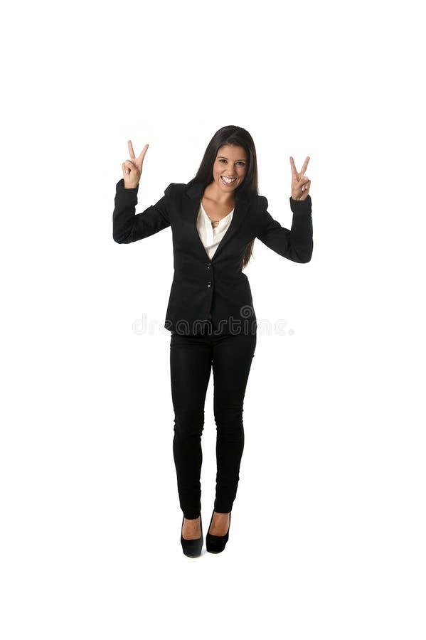 Łaciński bizneswoman jest ubranym biurowego formalnego kostiumu wydźwignięcia uśmiechnięte szczęśliwe ręki w zwycięstwie podpisuj obrazy royalty free