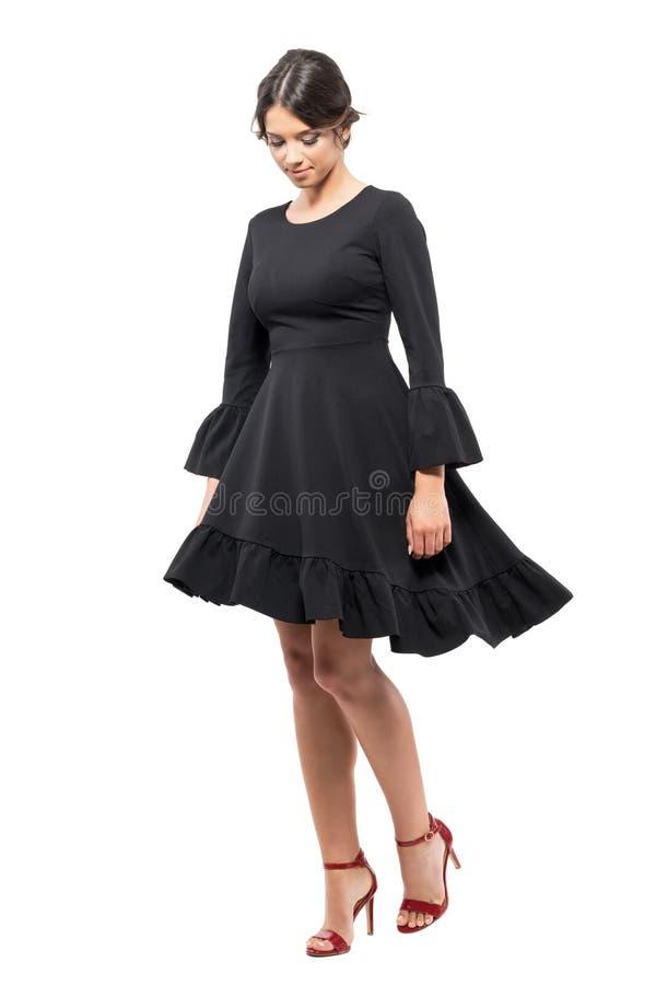 Łaciński kobieta taniec z czerni sukni przędzalnianym ruchem patrzeje w dół zdjęcie stock