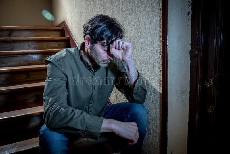 Łaciński mężczyzna uczucie smutny i zmartwiony o życiu w depresja zdrowie psychiczne pojęciu obrazy stock