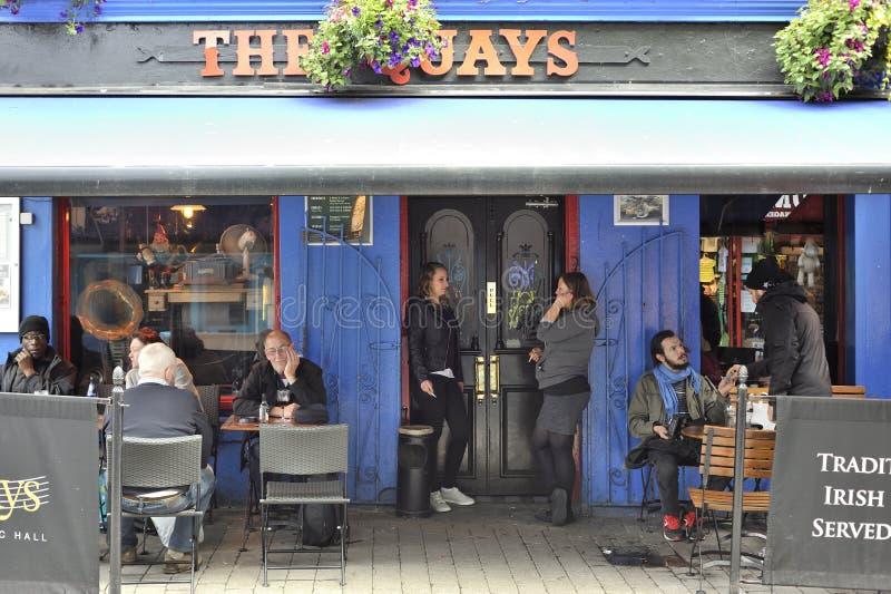 Łaciny ćwiartka, Galway, Irlandia Czerwiec 2017 Quays Zakazują magistralę ent zdjęcie stock
