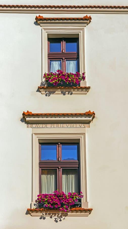 Łaciny zdanie na fasadzie restauracja zdjęcia stock