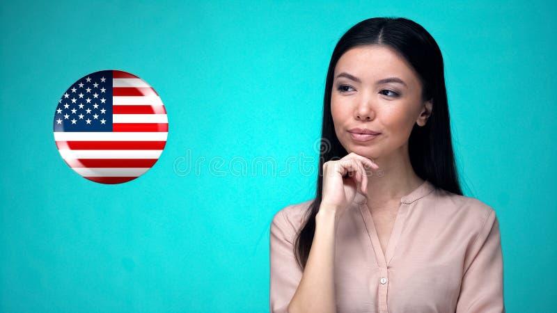 Ładna żeńska patrzeje flaga amerykańska przygotowywa podróż służbowa, przelewy pieniędzy zdjęcia royalty free