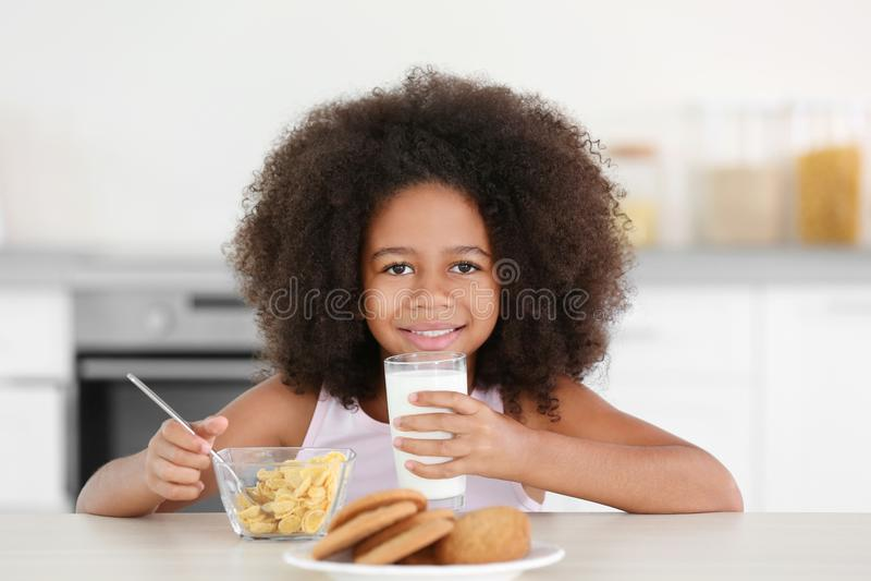 Ładna afroamerykańska dziewczyna pije mleko obrazy royalty free