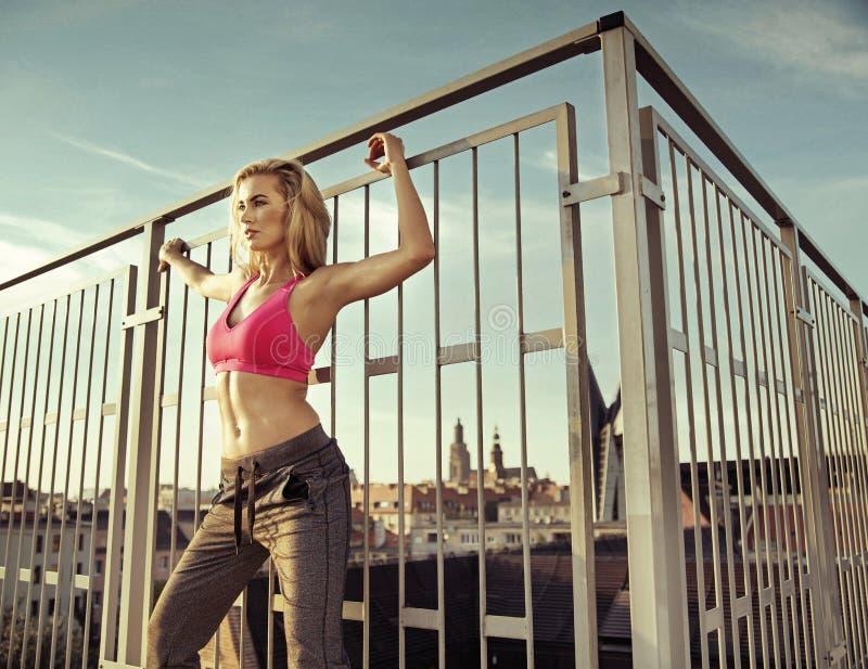 Ładna atleta robi ćwiczeniom na dachu obraz royalty free
