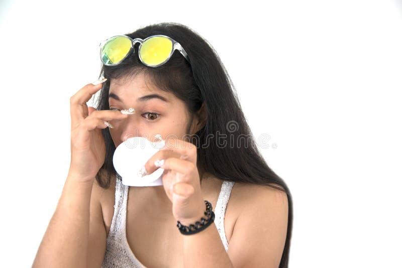 Ładna Azjatycka kobieta wtyka sztuczne rzęsy ona zdjęcia stock