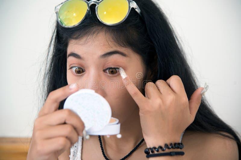 Ładna Azjatycka kobieta wtyka sztuczne rzęsy ona obrazy royalty free