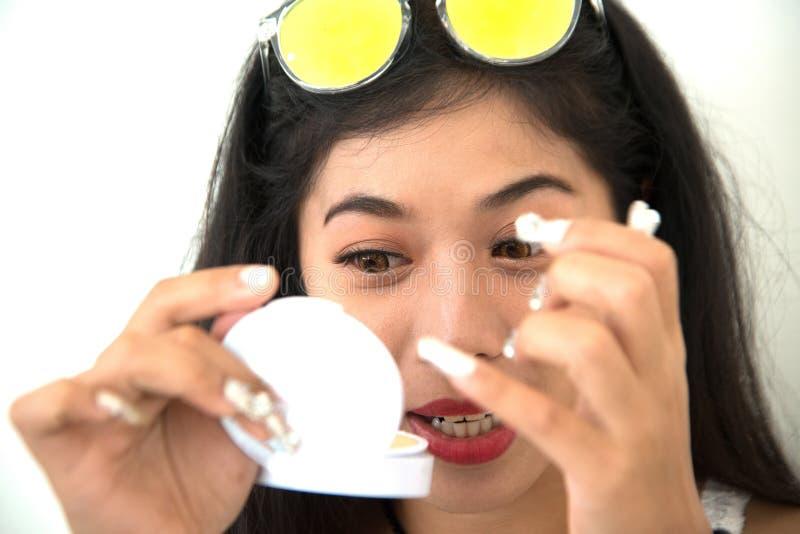 Ładna Azjatycka kobieta wtyka sztuczne rzęsy ona zdjęcie stock