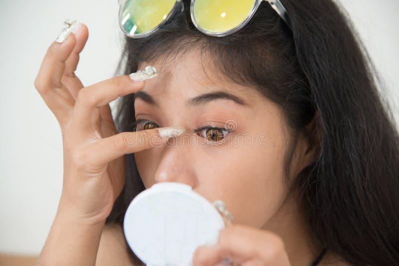 Ładna Azjatycka kobieta wtyka sztuczne rzęsy ona zdjęcie royalty free