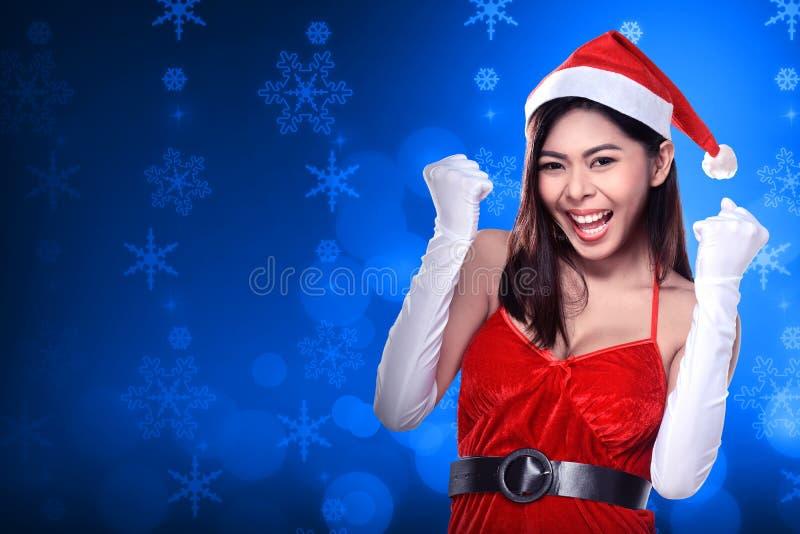 Ładna azjatykcia kobieta w Santa Claus kostiumu obraz royalty free