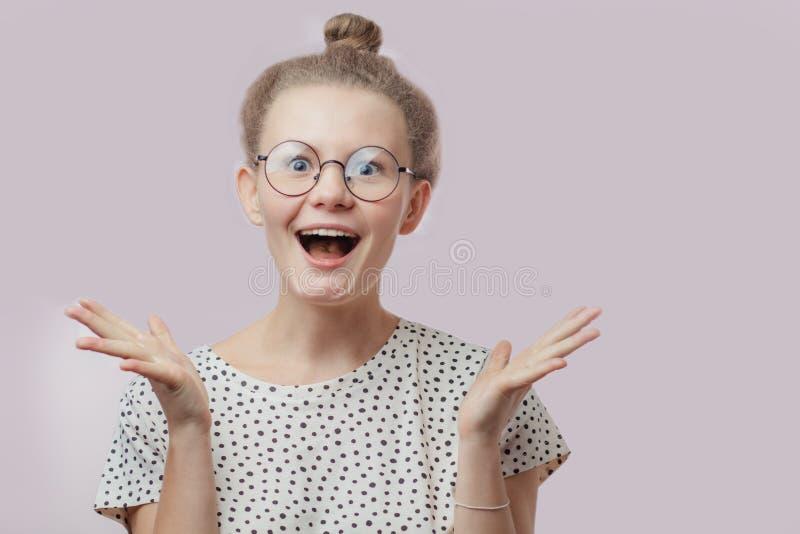 Ładna blond kobieta która widział modną suknię w zakupy centrum handlowym obraz stock