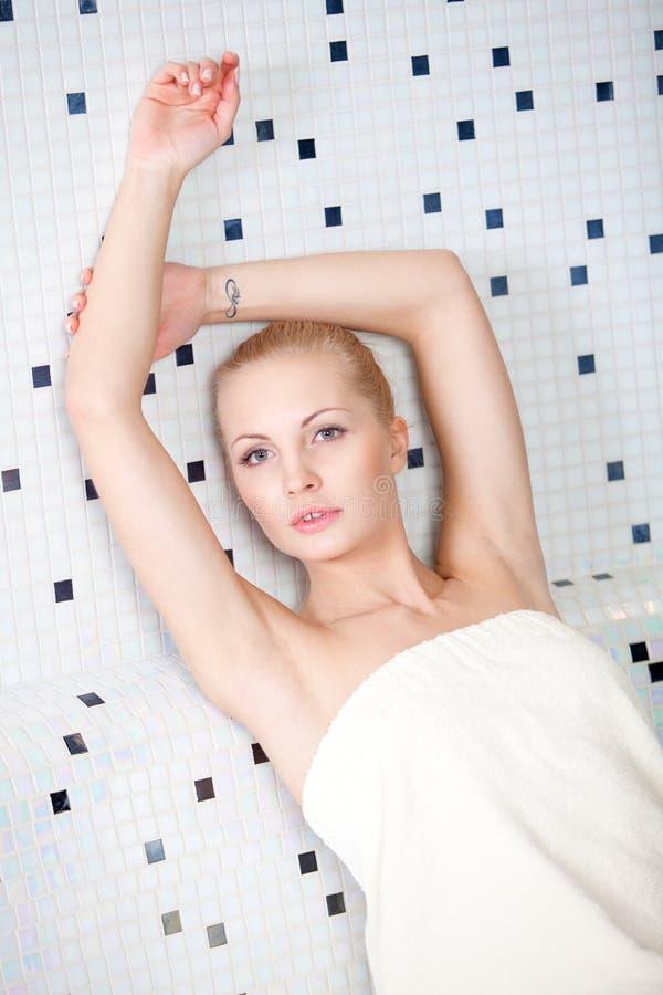 Ładna blond kobieta odpoczywa w wellness klubie i zdroju obrazy royalty free