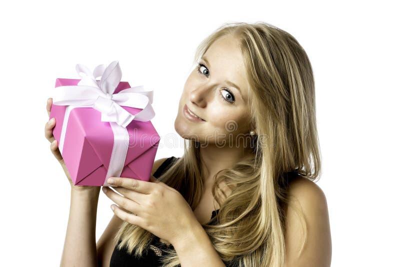 Ładna blond młoda dziewczyna z teraźniejszością fotografia stock