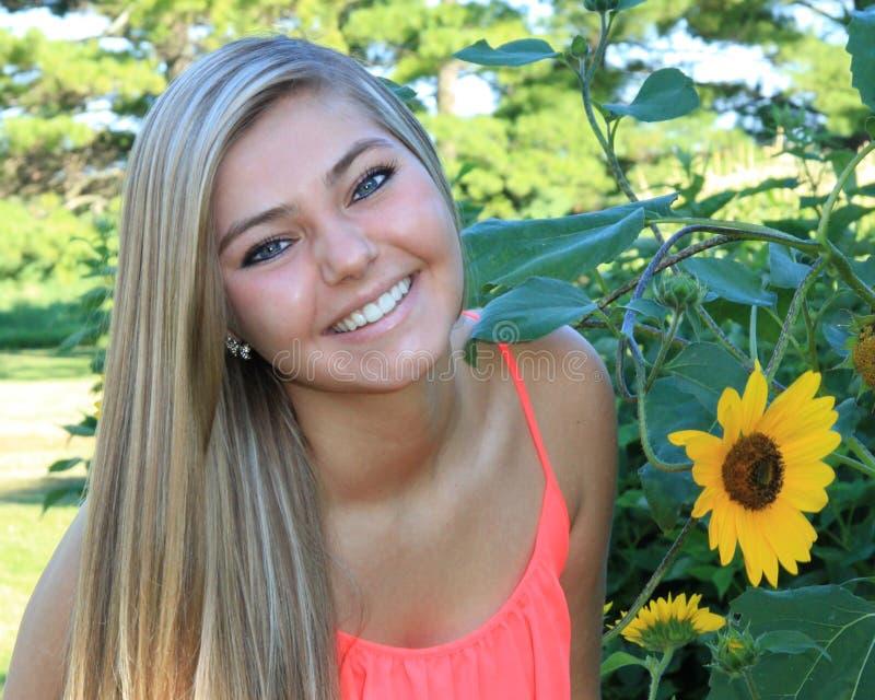 Ładna blondynka ucznia ostatniej klasy dziewczyna Plenerowa zdjęcie stock