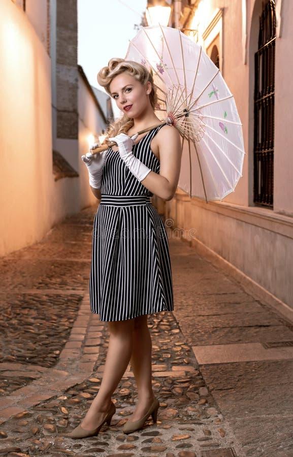 Ładna blondynka w retro stylu pozuje z japońskim parasolem obrazy royalty free