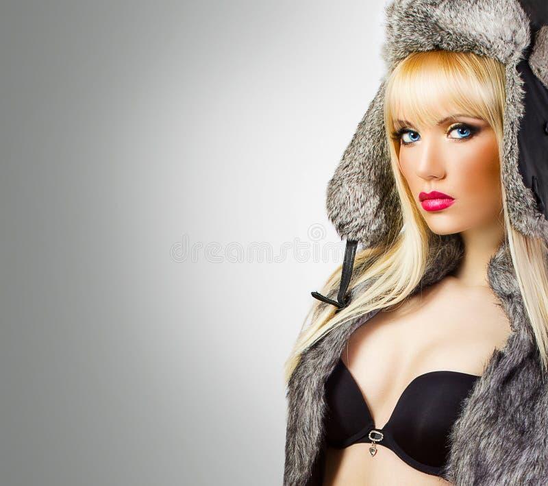 Ładna blondynki dziewczyna w futerkowym kapeluszu fotografia royalty free
