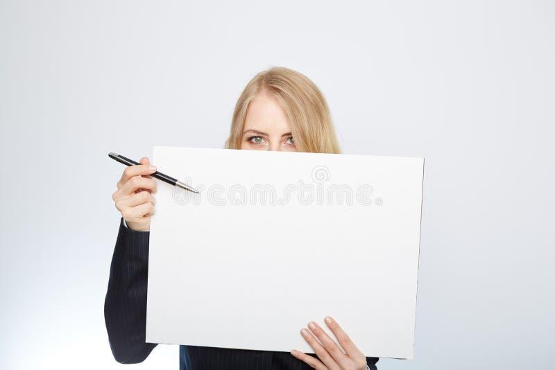 Ładna blondynki dziewczyna z pustej prezentaci deską zdjęcia royalty free