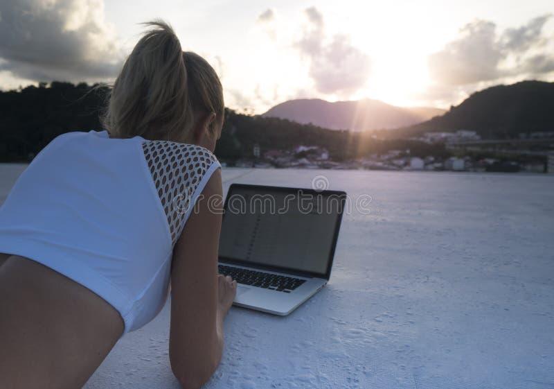Ładna blondynki kobieta z laptopem na dachu obraz stock