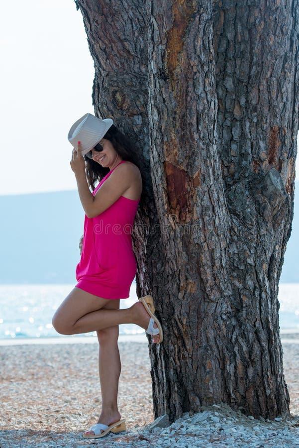 Ładna brunetka pozuje blisko drzewa fotografia royalty free
