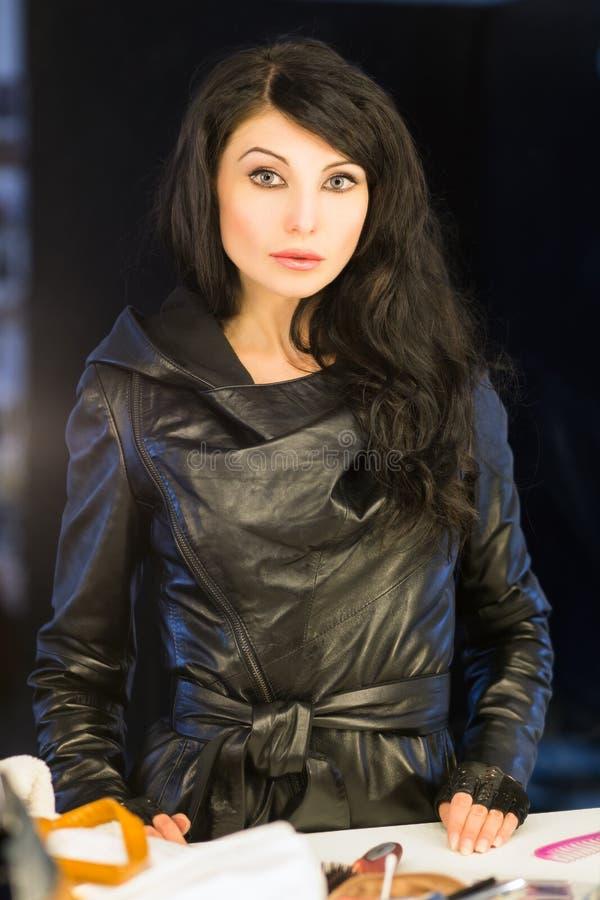 Ładna brunetka w czarnej skórzanej kurtce zdjęcia stock