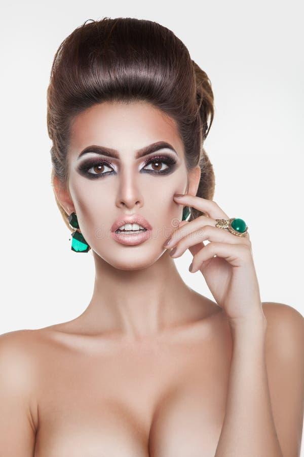 Ładna brunetki dziewczyna z zielonymi diamentami i kreatywnie hairsty obraz royalty free