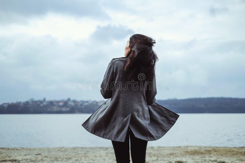 Ładna brunetki kobieta plenerowa w parku fotografia royalty free