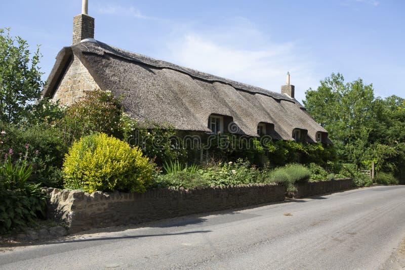 Ładna chałupa z pokrywającym strzechą dachem obrazy royalty free