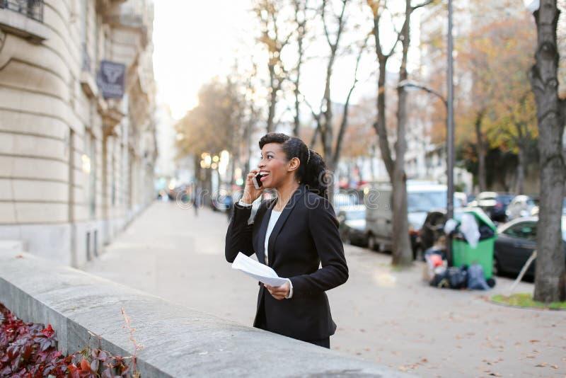 Ładna dama opowiada na telefonie z matką, dziewczyny odprowadzenie na ulicie obrazy royalty free
