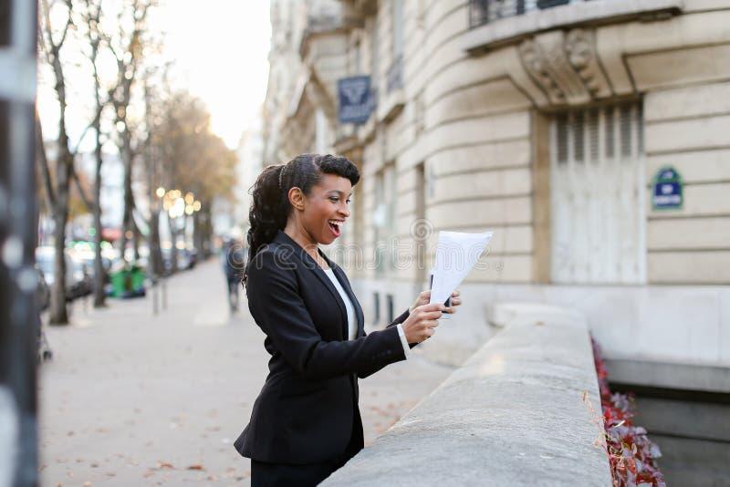 Ładna dama opowiada na telefonie z matką, dziewczyny odprowadzenie na ulicie fotografia stock