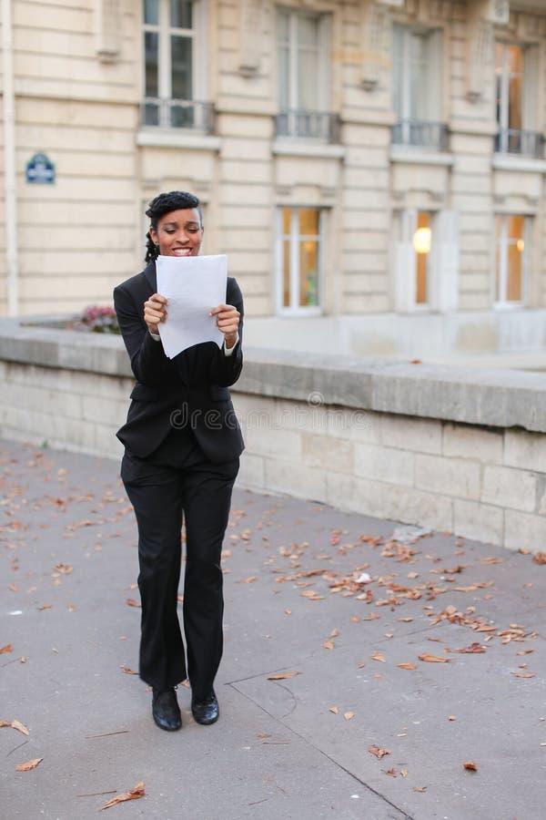 Ładna dama opowiada na telefonie z matką, dziewczyny odprowadzenie na ulicie zdjęcia stock
