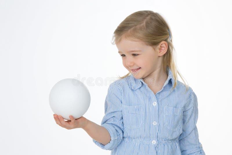 Ładna dziewczyna bawić się na białym tle fotografia royalty free
