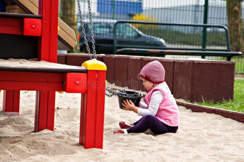 Ładna dziewczyna bawić się w piaskownicie z pail obrazy stock