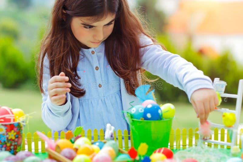 Ładna dziewczyna bawić się z Wielkanocnymi jajkami zdjęcie royalty free