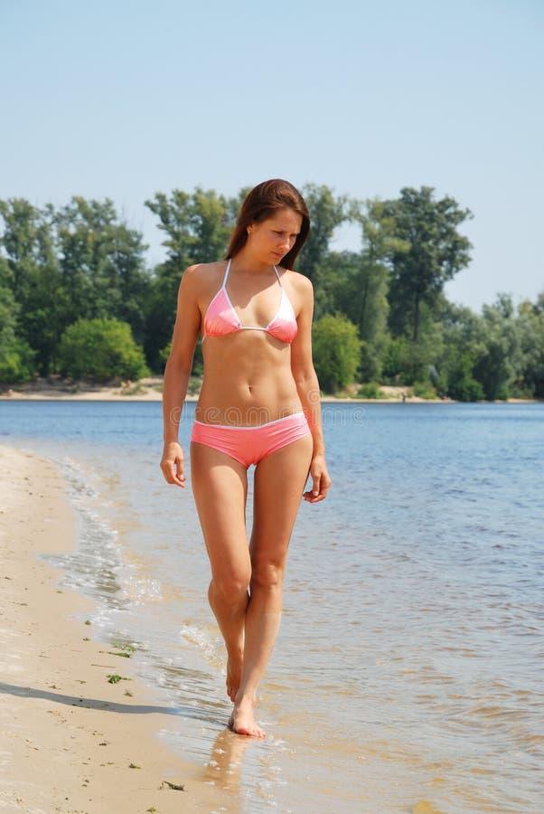 Ładna dziewczyna na rzecznej plaży fotografia stock