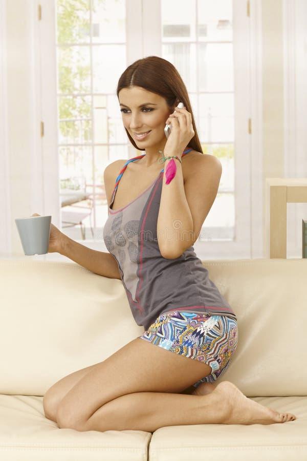 Ładna dziewczyna na wiszącej ozdobie w domu zdjęcia stock