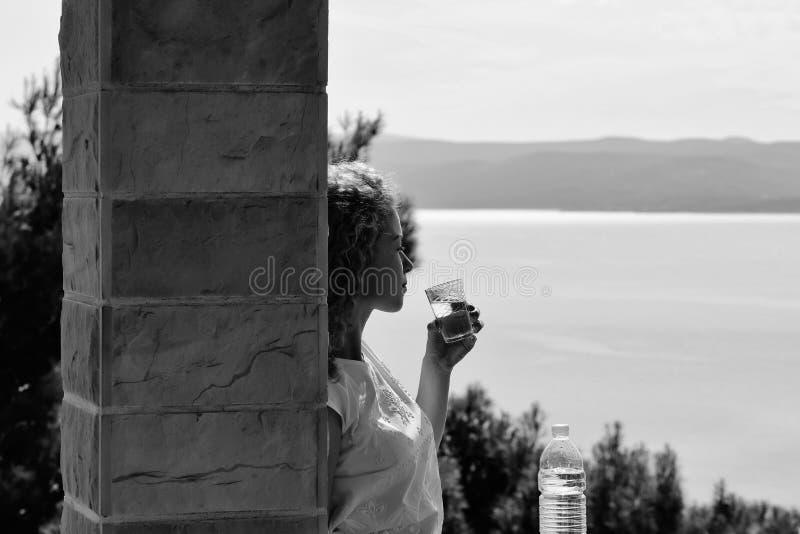 Ładna dziewczyna napojów woda zdjęcie royalty free