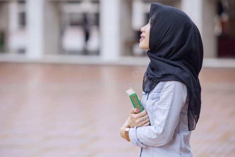 Ładna dziewczyna niesie koran w meczecie zdjęcie stock