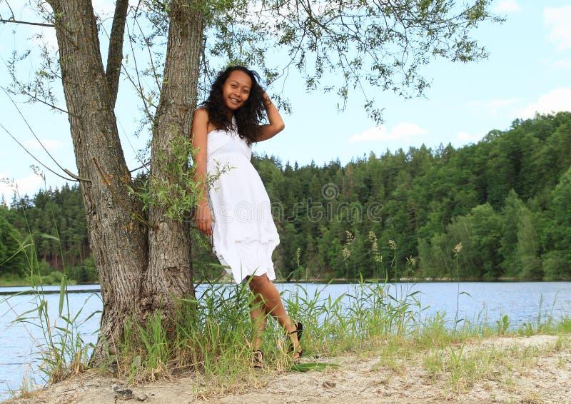 Ładna dziewczyna opiera na drzewie Grobelnym Rimov fotografia royalty free